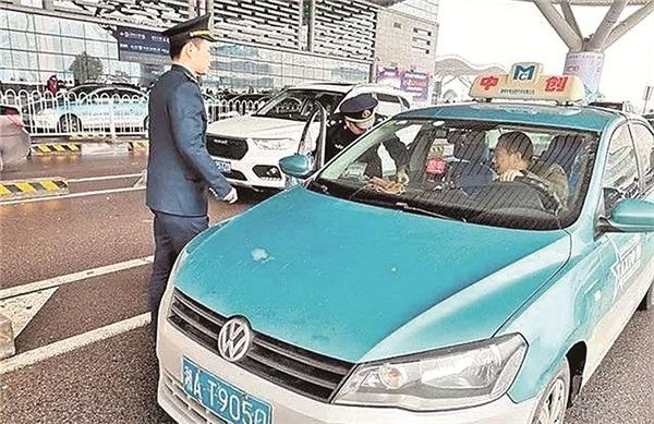 长沙市道路运输管理处执法人员在火车南站执法.jpg