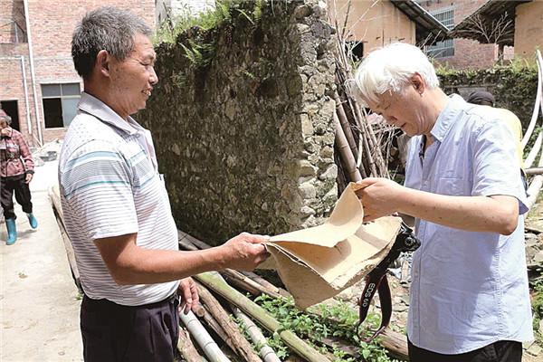 复旦大学教授倪建明(右)探寻蔡伦造纸的传说和遗迹 方富贵摄7.jpg